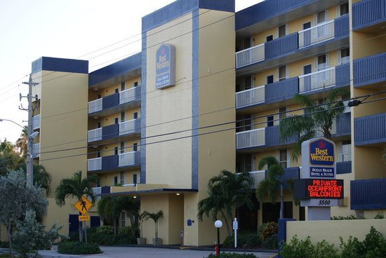 Best Western Cocoa Beach Hotel & Suites : from the street so much in walking distance
