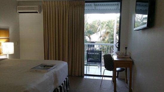 QT Port Douglas: Bedroom with balcony