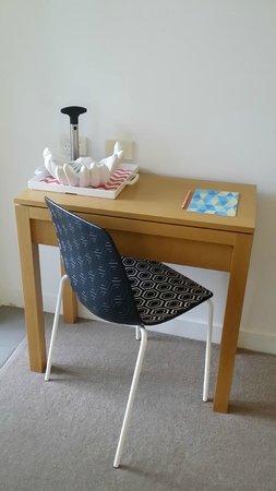 QT Port Douglas: Tiny little desk/work bench