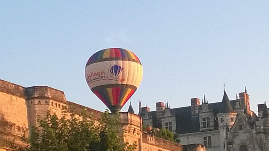 Hotel Le Manoir les Minimes : Baloon crashing into Chatea Royal next door