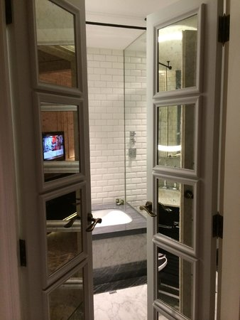 Hotel Maria Cristina, a Luxury Collection Hotel, San Sebastian: View from room into the bathroom