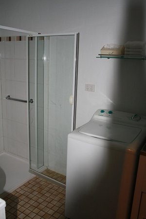 Bright Mystic Valley Holiday Units: bathroom/laundry