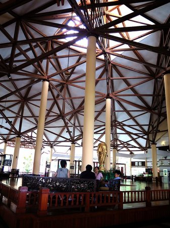 Bintan Lagoon Resort: オープンエアーのロビー
