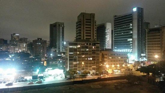 Hotel La Floresta: Toma nocturna desde la habitación en piso 8 hacia el oeste (Foto de mi propiedad)