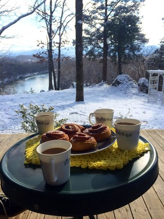 Nolichuckey Bluffs Bed and Breakfast: Breakfast on the porch at the Log cabin