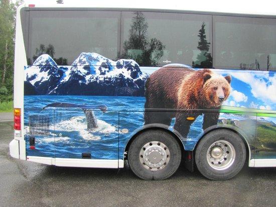 Alaska Veterans Memorial: Tour bus stopping