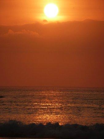 Hard Rock Hotel Bali: Закат на берегу океана