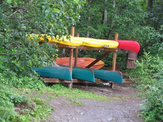 Alaska Veterans Memorial: Kayaks by the lake