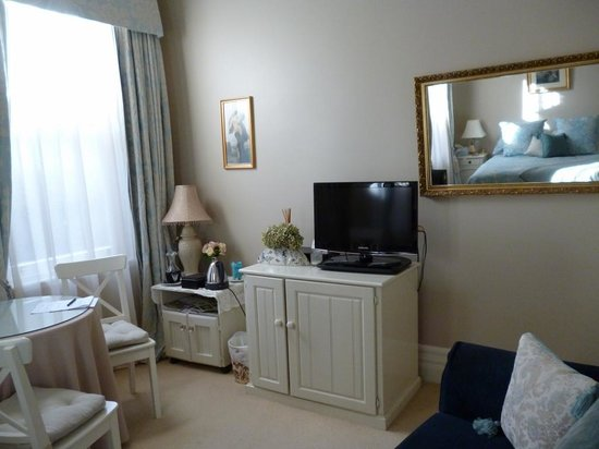 Melba House Boutique Bed & Breakfast: TV and tea making area