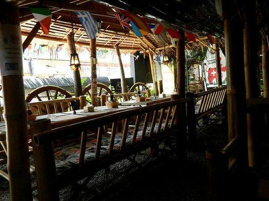 Centara Kata Resort Phuket: petit restaurant très bon et pas cher en face de l'hôtel