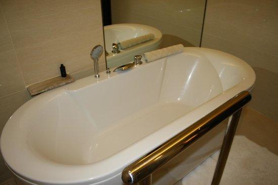 Dusit Thani Pattaya: Awesome bathtub!!