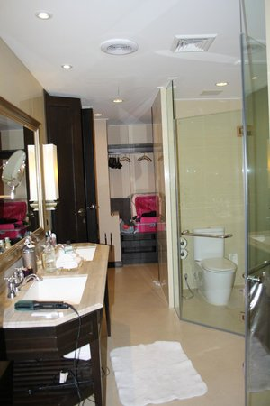 Dusit Thani Pattaya : massive bathroom! (with toilet in glass box!)