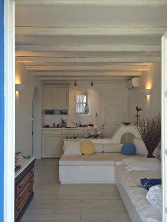 Villa Marandi Luxury Suites: Honeymoon Suite living room