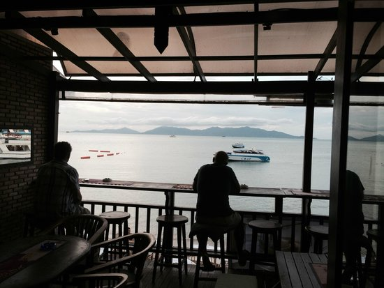 Emerald Bar and Restaurant: Sun going down cloudy view of Kho Pangan and Ocean from the bar