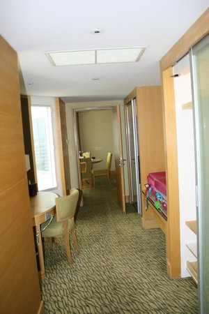 Holiday Inn Bangkok Silom: Hallway between room and living room with storage