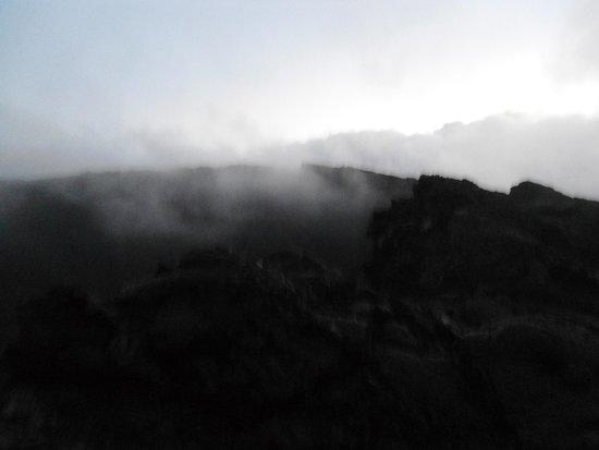 Piton de Fournaise: Облака над вулканом