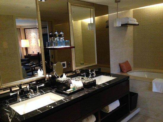 Mandarin Oriental Jakarta: Bathroom in Superior room