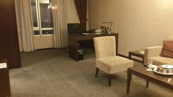 Furama Bukit Bintang: Deluxe room - view of the living room