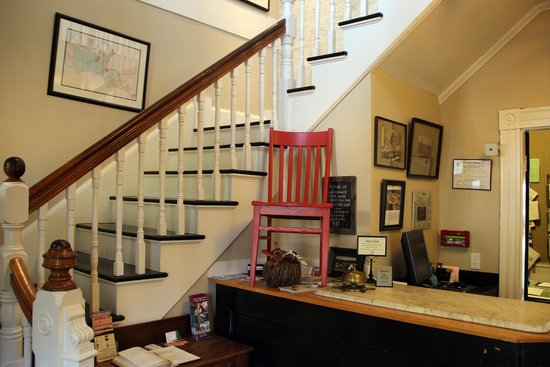 Woods Hole Inn: front desk