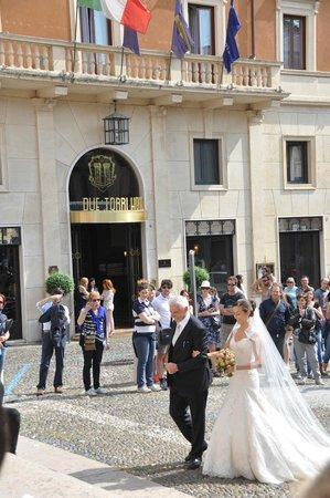 Due Torri Hotel: На площади рядом с входом