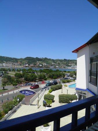 Residence Mer & Golf Sokoburu: vue de notre balcon avec au fond la piscine extérieure