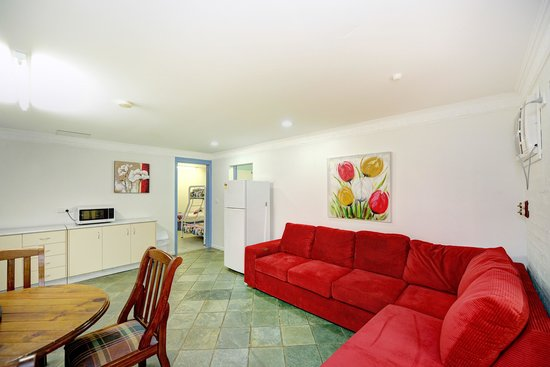Tropic Oasis Holiday Villas: Foxtel in Orchid bottom lounge a rea