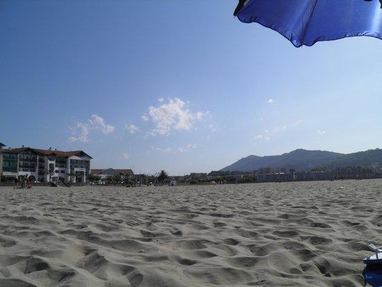Residence Mer & Golf Sokoburu : plage avec au loin un bout de la résidence