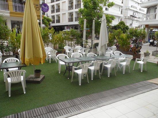 Garden Phuket Hotel: la nouvelle terrase, plus spacieuce avec nouveaux mobilier