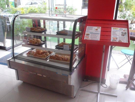 Garden Phuket Hotel: les viennoiseries chaque matin avec un large choix