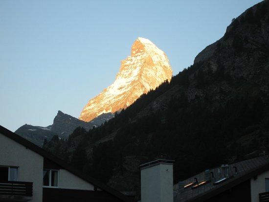 The Matterhorn: ホテルから素晴らしい朝焼け
