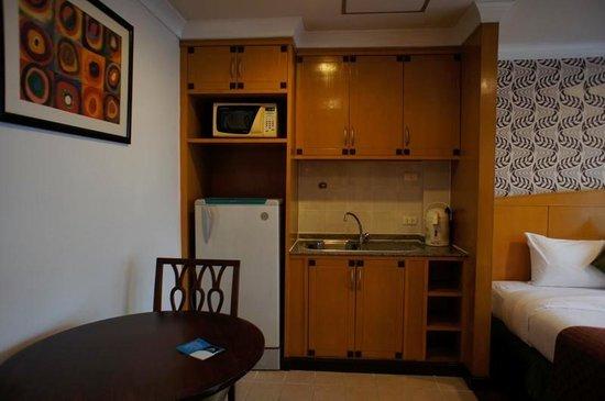 Admiral Suites Bangkok by Compass Hospitality: 小さいけどキチネット付き、以外に便利です。