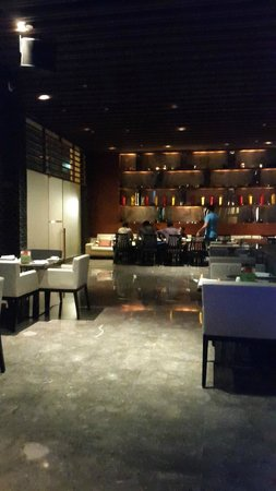 Holiday Inn New Delhi Mayur Vihar Noida : Bar on the ground floor.