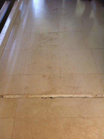Hotel Dunas de Sal: schmuddeliger Boden im Gang