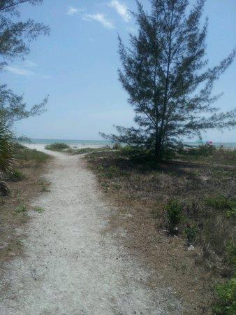 Castaways Cottages of Sanibel: very short walk to beach