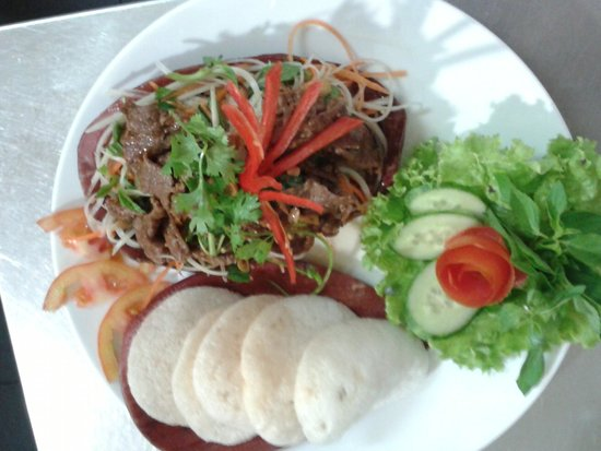 Yen's Restaurant: papaya salad with beef