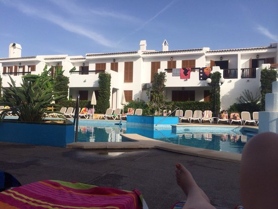 Cristina Apartments : 9am, still a few sunbeds left but plenty with towels on. You have to do this unfortunately to ge
