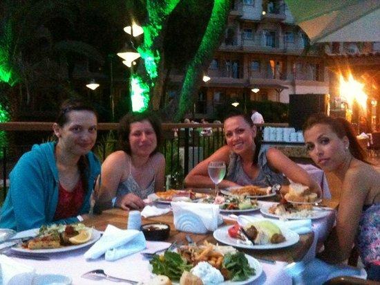Crystal Tat Beach Golf Resort & Spa : Outside Dinner