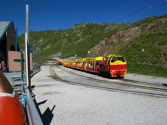 Le Train d'Artouste : oogt lekker toeristisch met die felle kleurtjes