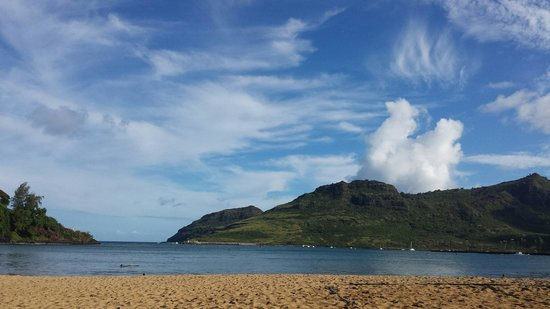 Kaua'i Marriott Resort : The view from my lounge chair. The beach is not crowded at all!