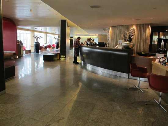 Moevenpick Hotel Zurich-Airport: reception area