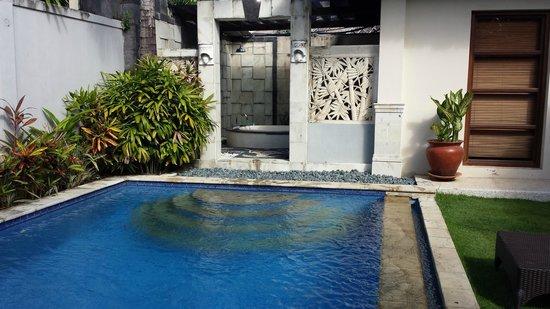 The Kuta Playa Hotel and Villas: Pool and bathtub