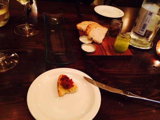 Guze Bistro: Bread and dips
