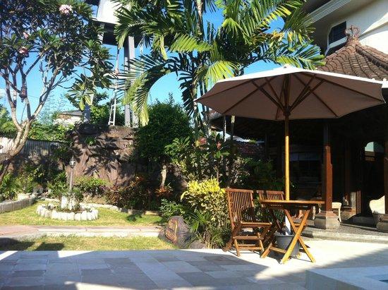 Bumi Ayu Rising Sun B&B : Hotel Entry Garden