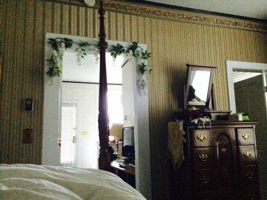 Nicholson House Inn : fake flowers!