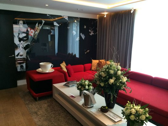W London Leicester Square: WOW Suite Loungearea