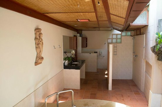 Friendship Beach Resort & Atmanjai Wellness Centre : Option 1 bathroom open area.