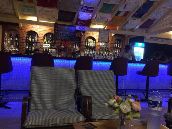 Belcehan Beach Hotel: bar area at night