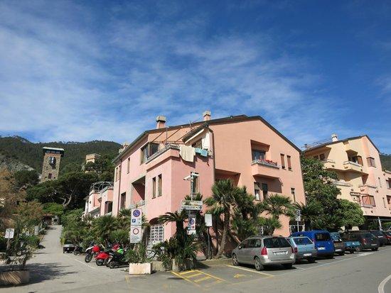Affittacamere Lo Scoglio: Вид на дом, в котором на 3 этаже находятся апартаменты