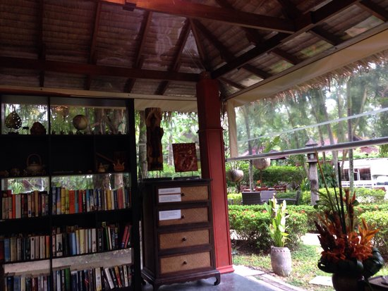 Atsumi Retreat Healing Center: Reading hut with books