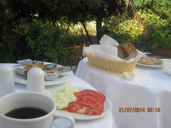 Roussos Beach Hotel : Breakfast in the courtyard